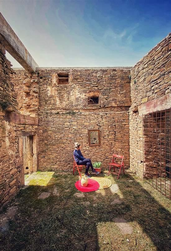 Por qué una aldea aragonesa en ruinas se ha convertido en la alternativa a la España vacía